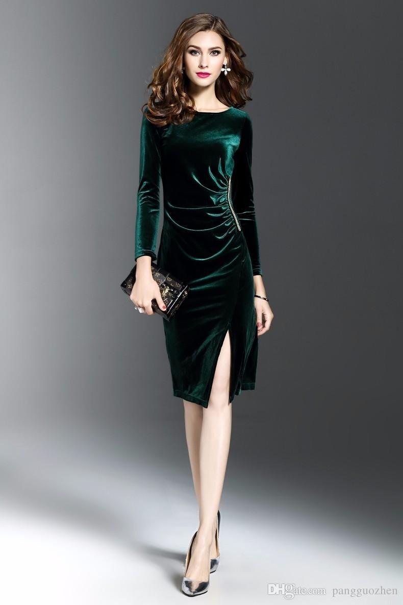 темно-зеленое бархатное платье с разрезом