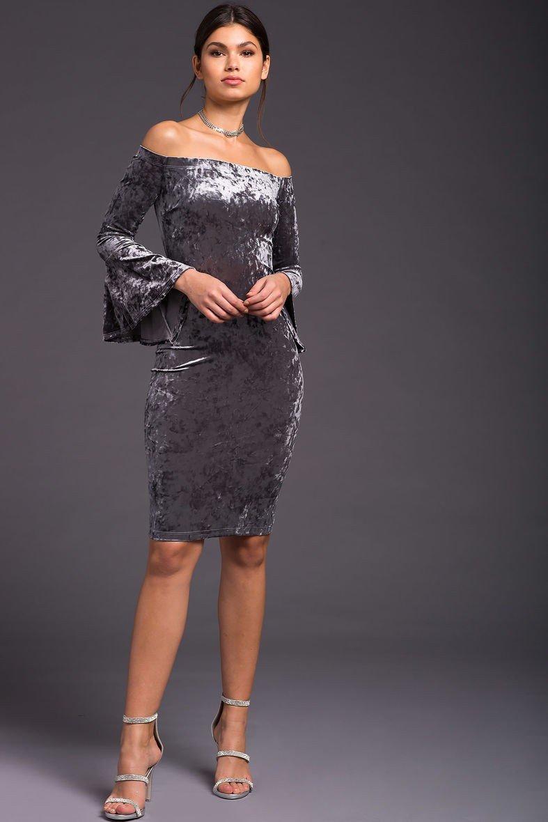 серое бархатное платье с расклешенными рукавами