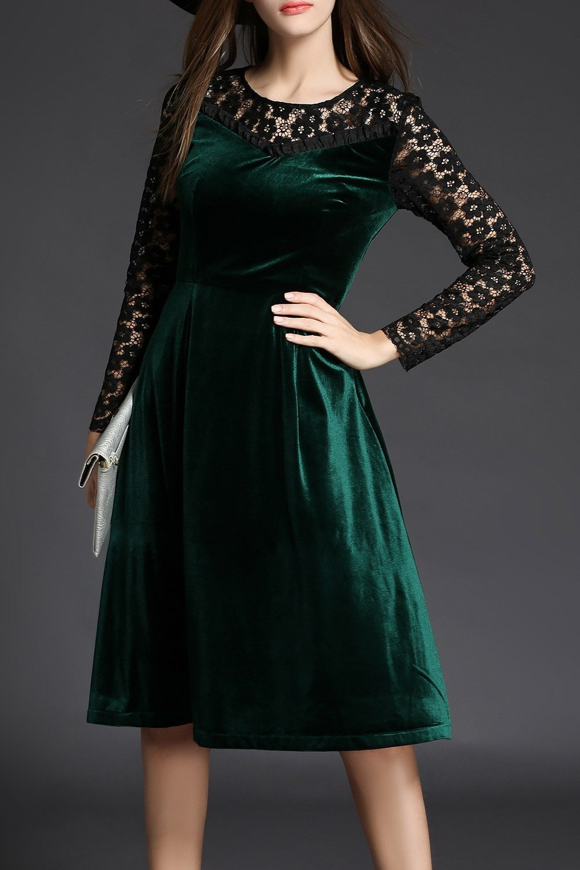 зеленое бархатное платье с кружевными рукавами