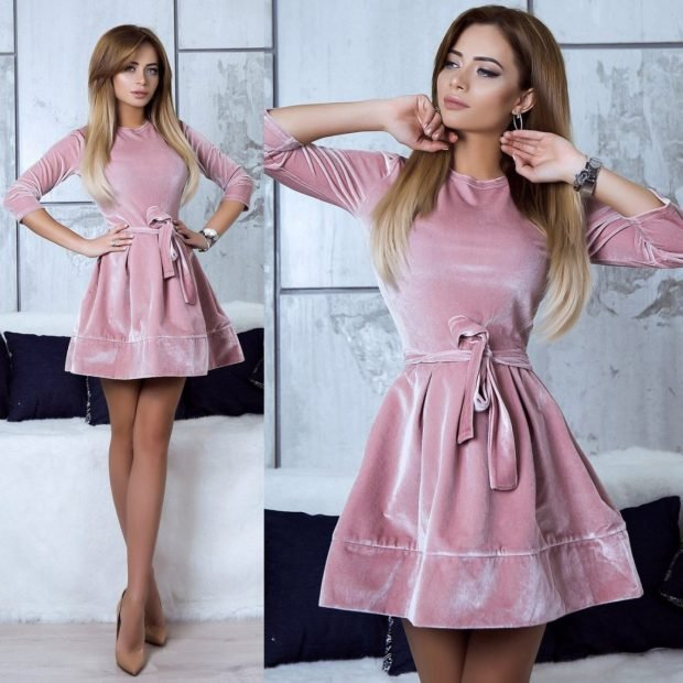 розовое бархатное платье с поясом