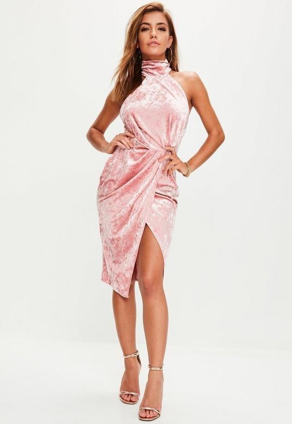 розовое бархатное платье с запахом