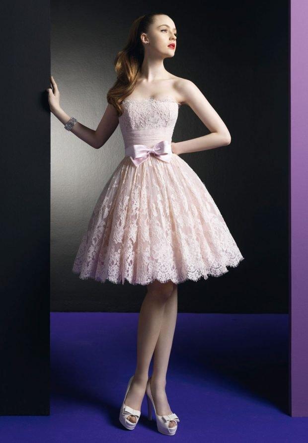 светлое короткое платье с пышной юбкой из кружева