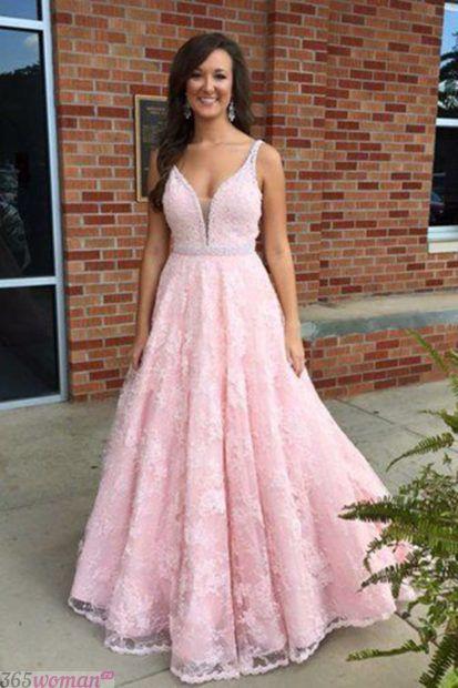 светло-розовое длинное платье из кружева
