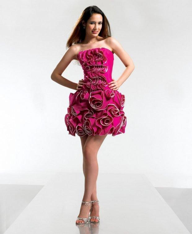 розовое короткое платье с объемным декором