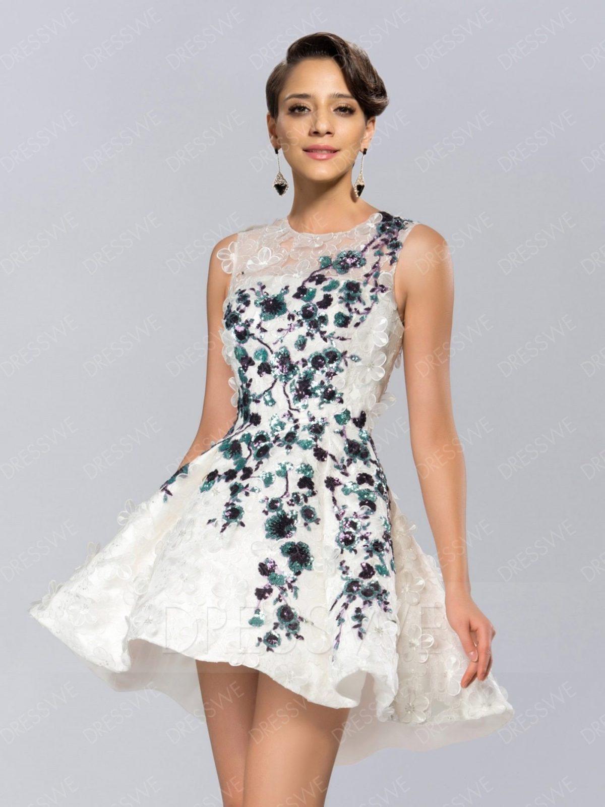 белое короткое платье с цветным декором