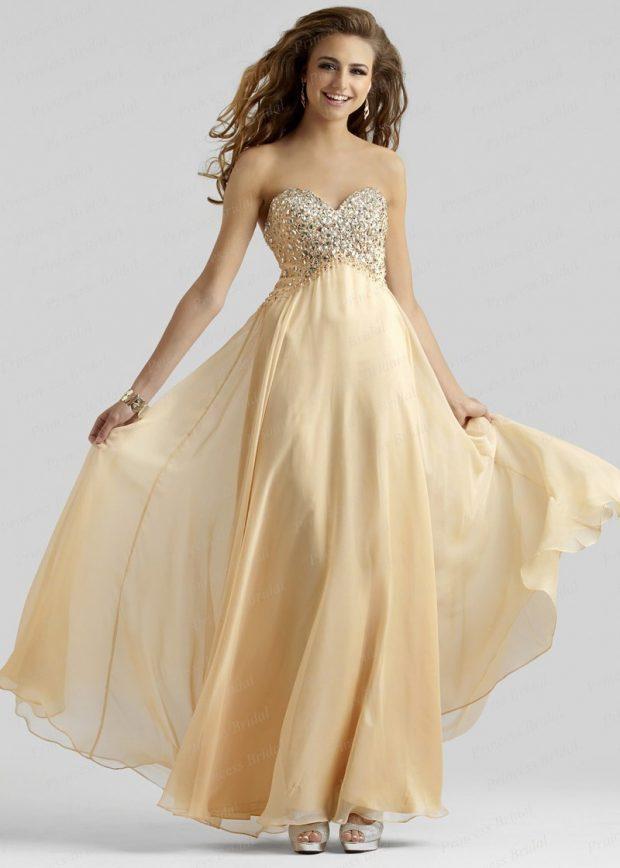 длинное платье с пышной юбкой золотистого цвета