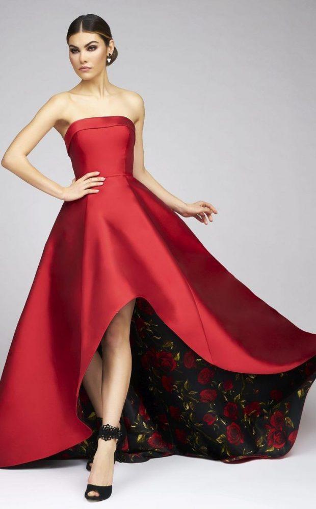 красное атласное длинное платье с пышной юбкой