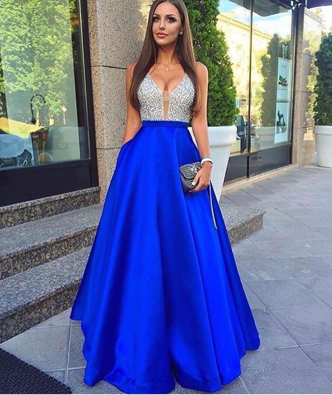 синее длинное платье с пышной юбкой и корсетом со стразами
