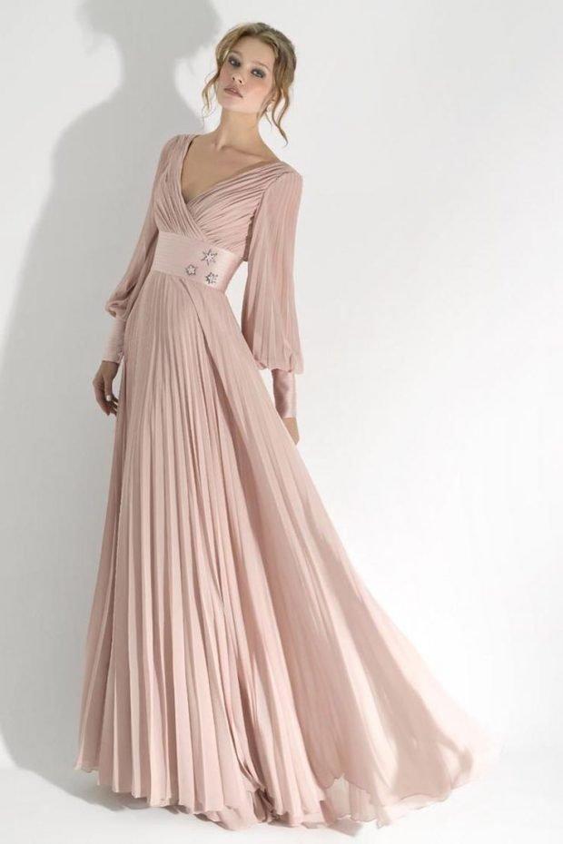 бежевое длинное платье с пышной юбкой и длинным рукавом