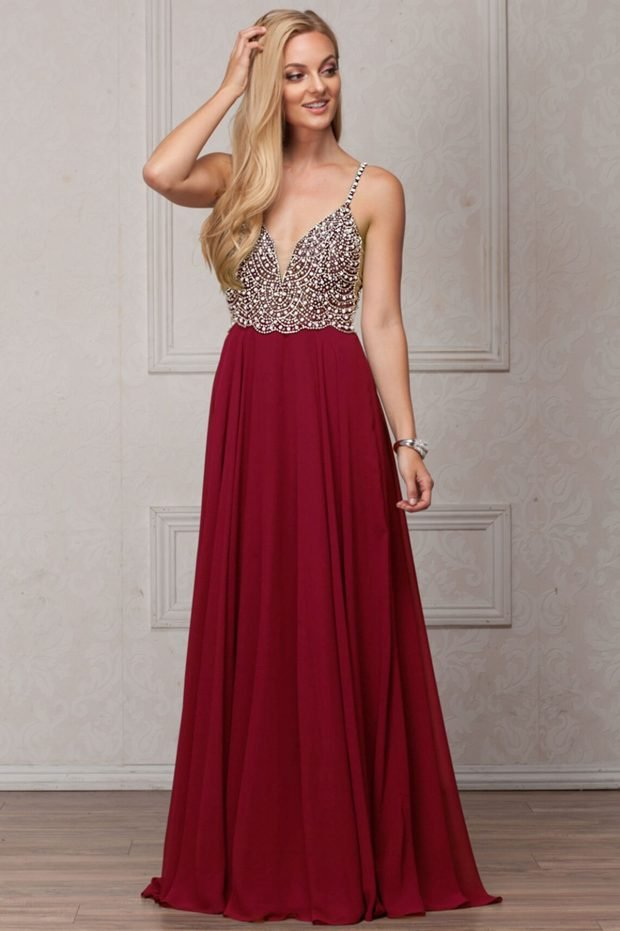 бордовое длинное платье с пышной юбкой и корсетом со стразами
