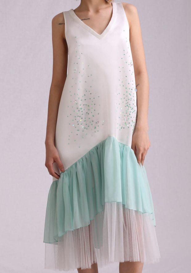 белое платье трапеция с мятной рюшей