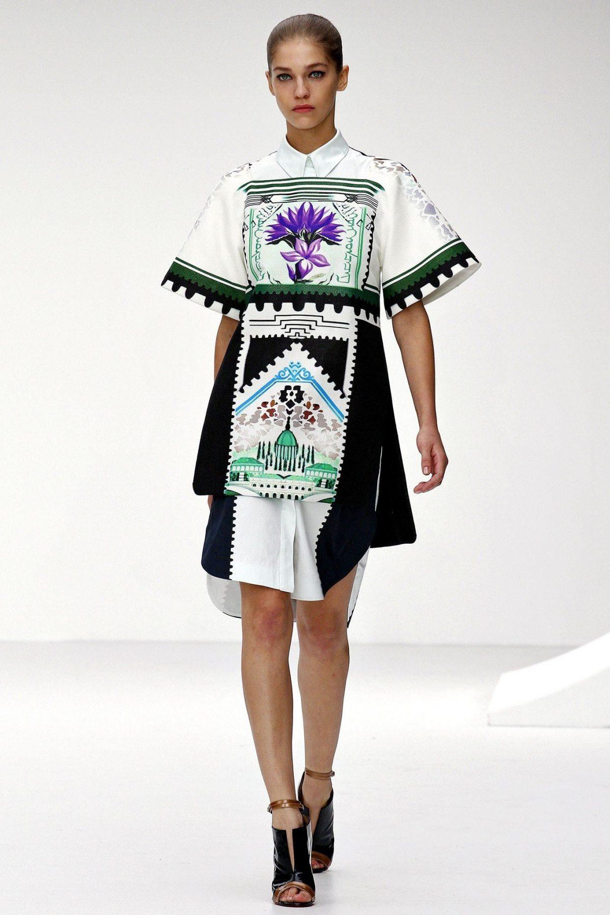белое платье с геометрическим принтом