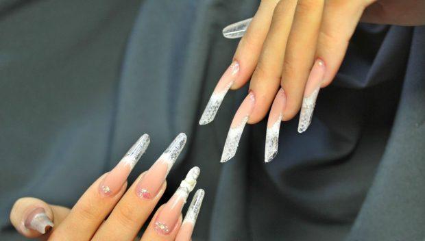 арочное моделирование ногтей гелем: френч прозрачный с камушками