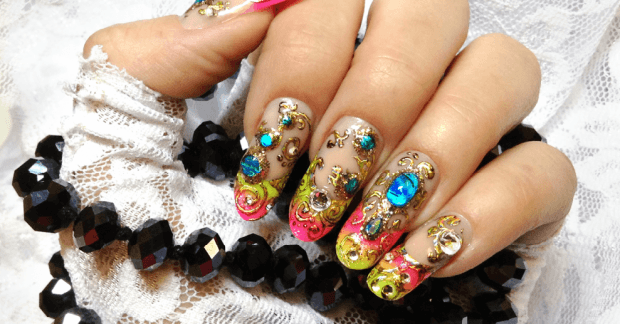 арочное моделирование ногтей гелем: френч цветной с камнями и вензелями