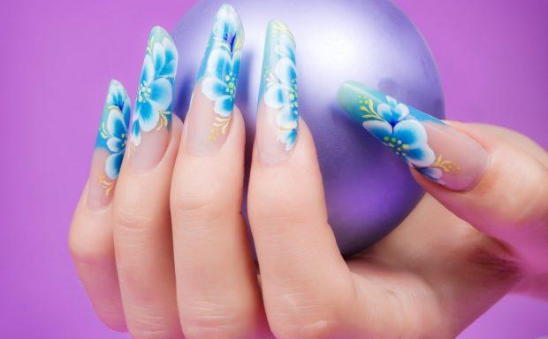 арочное моделирование ногтей гелем: форма френч голубой в цветы