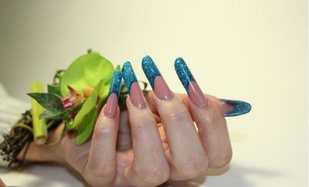 арочное моделирование ногтей гелем: форма френч голубой в блестки
