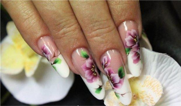 арочное моделирование ногтей гелем: форма френч белый с цветами
