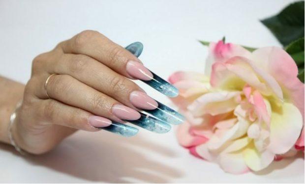 арочное моделирование ногтей: форма френч голубой