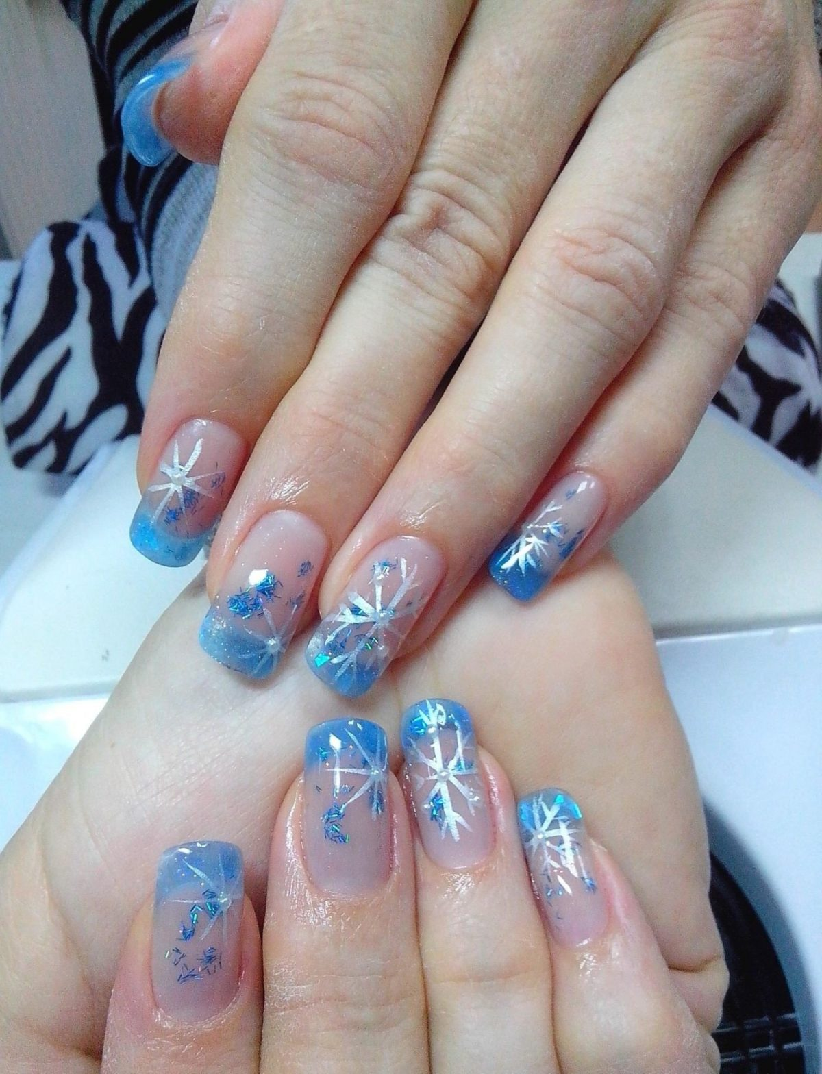 арочное наращивание ногтей: форма френч голубой и снежинки