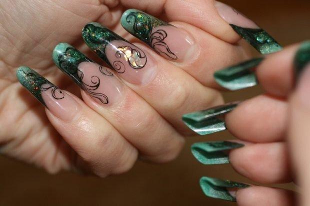 арочное моделирование ногтей: форма френч зеленый с вензелями