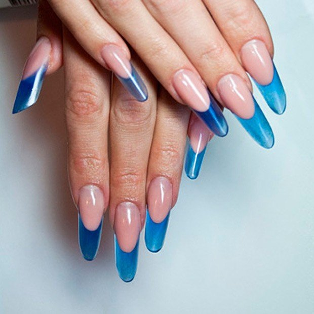 арочное наращивание ногтей: форма френч голубой