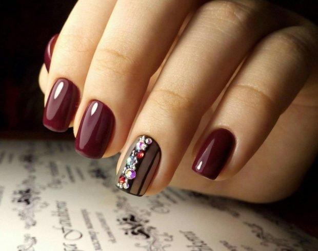 маникюр дизайн ногтей шеллак 2020 2021: ногти бордо с камушками