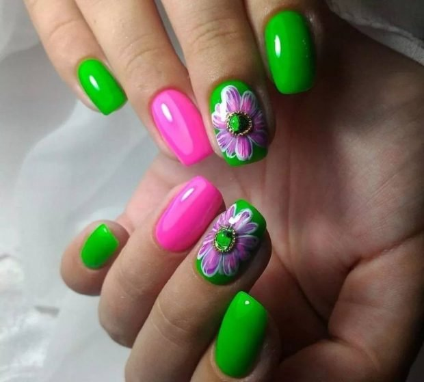 маникюр шеллак 2018 ногти зеленые с розовым и цветком