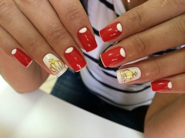 маникюр шеллак 2020 ногти красные с белым и короной
