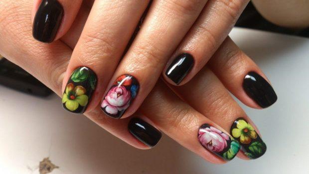 маникюр дизайн ногтей шеллак 2019 2020: ногти темные с цветками