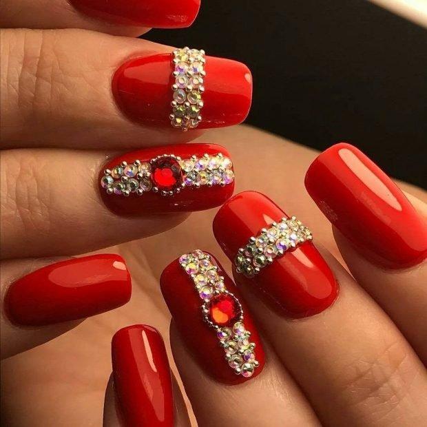 маникюр дизайн ногтей шеллак 2020 2021: красные ногти с камушками