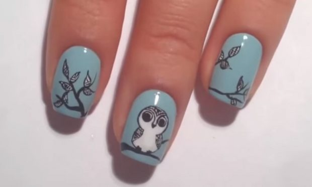 дизайн ногтей шеллак ногти голубые с ветками и птичками