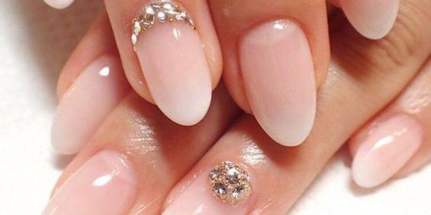 маникюр нюд с камушками - дизайн ногтей шеллак 2018 2019