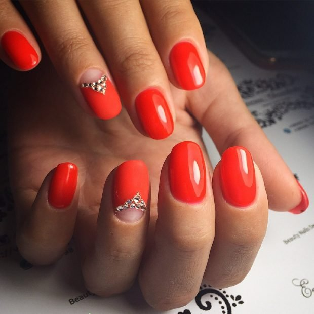 маникюр дизайн ногтей шеллак 2020: красные ногти с лункой и камушками