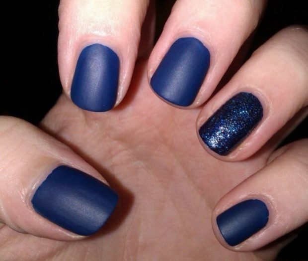 матовый маникюр синий один палец в блестки
