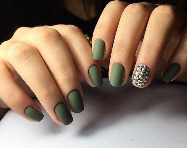 матовый маникюр зеленый на одном пальце бусинки - дизайн ногтей шеллак