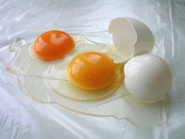 Домашние маски для густоты и быстрого роста: два желтка яйца