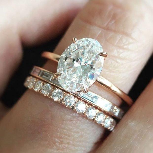 кольцо золотое с мелкими камнями и большим по центру