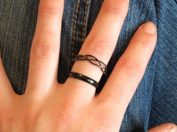 кольцо на безымянном пальце из металла