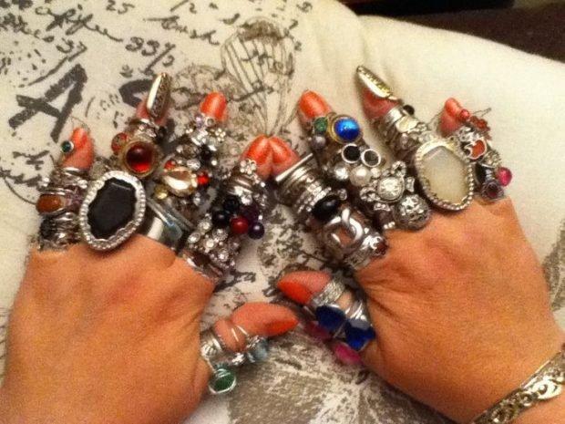 массивные кольца на всех пальцах