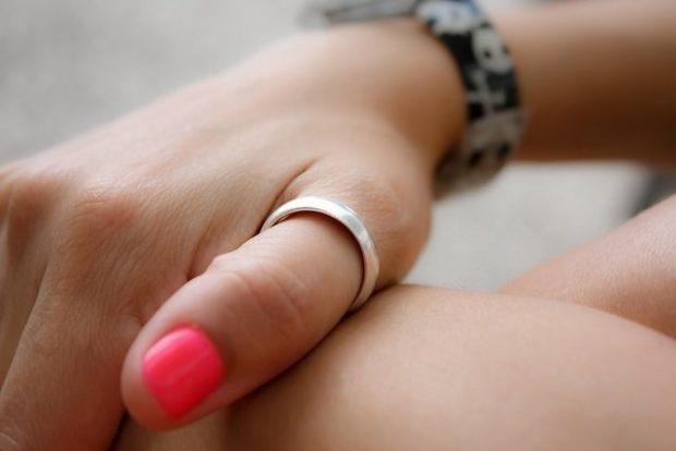 кольцо на большом пальце золотое простое