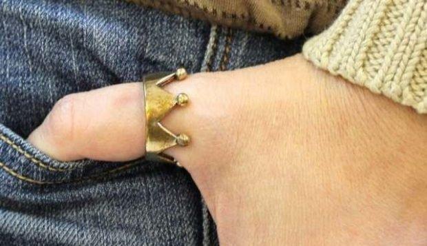 кольцо на большом пальце корона золотая