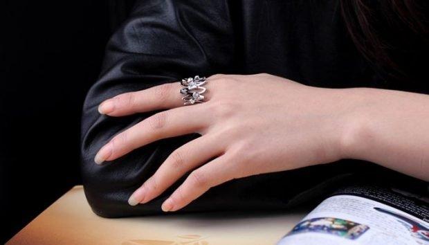 кольцо на указательном пальце серебро с камнями