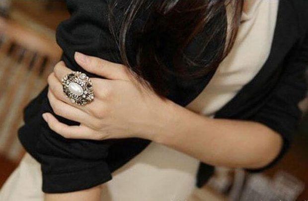 кольцо на указательном пальце массивное с камнями