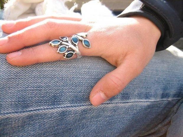кольцо на указательном пальце лепестки