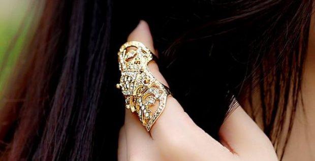кольцо на указательном пальце золотое массивное с камнями