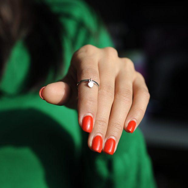 кольцо на указательном пальце тонкое с висячим камнем