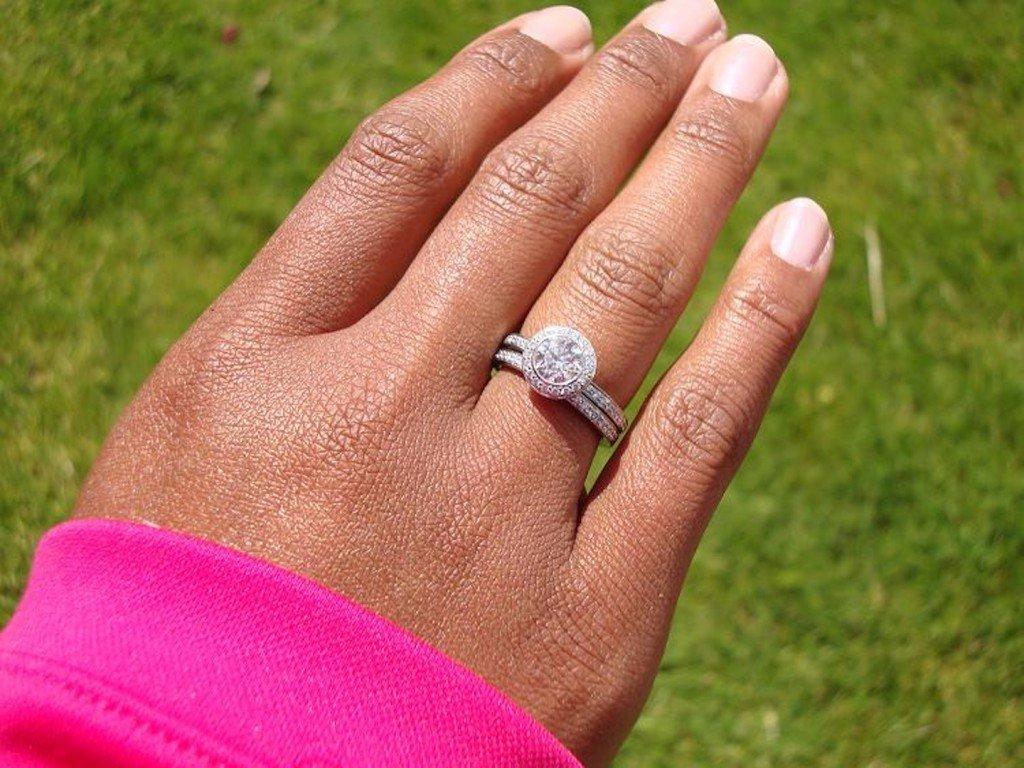 Девушка носит кольцо на большом пальце что это значит