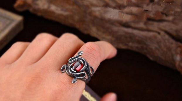 кольцо на указательном пальце массивное с камнем красным