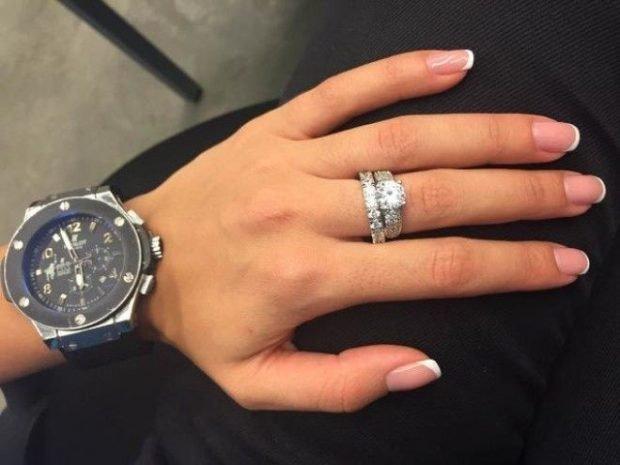 кольцо на среднем пальце серебро с камнями
