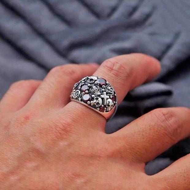 кольцо на среднем пальце массивное с камнями